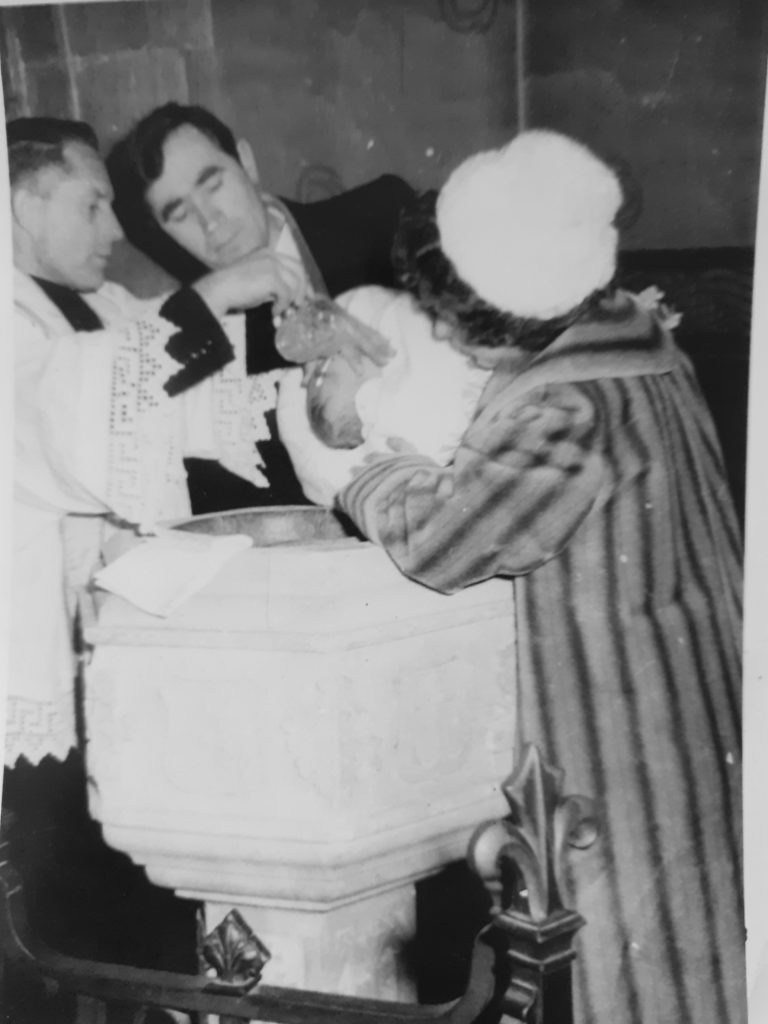 Ks. S. Borek udziela Chrztu św. w parafii Swindon.