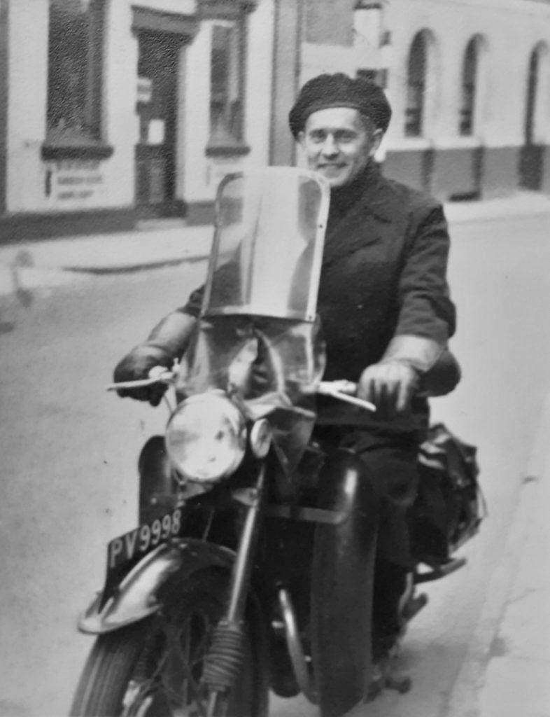 ks. S. Borek na swoim motorze 27 maja 1951 r. w Ipswich.