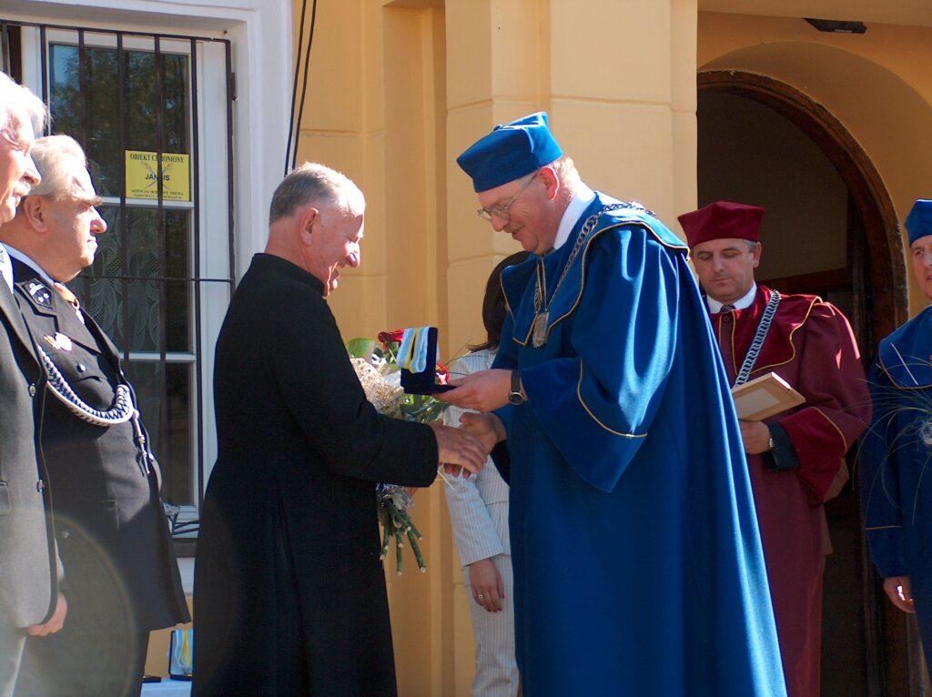 ks. Nowak  medal