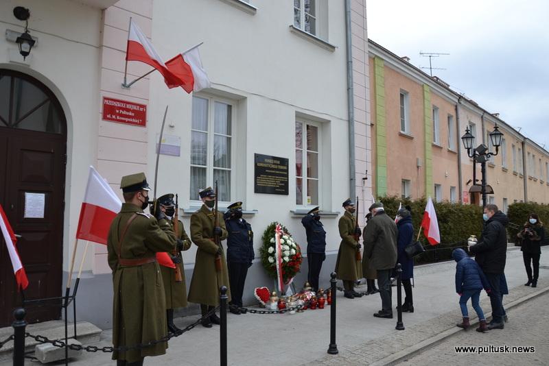 Złożenie kwiatów pod tablicą upamiętniającą ofiary terroru komunistycznego